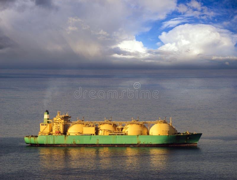 Bateau-citerne de GNL sur l'océan par le terminal de gaz images libres de droits