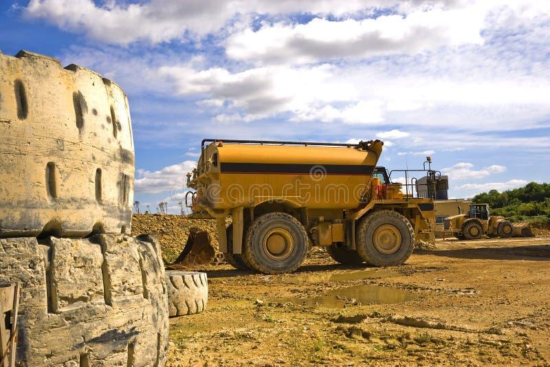 Bateau-citerne de l'eau à une usine R-U de ciment images libres de droits