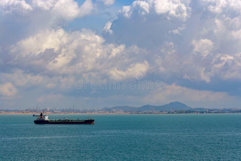 Bateau-citerne de produits pétroliers de produit chimique/dans le détroit de Singapour images stock