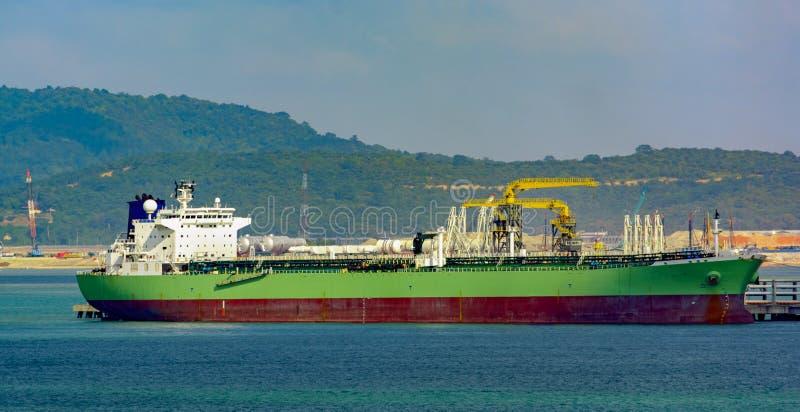 Bateau-citerne de produits pétroliers sous des opérations de cargaison photos stock