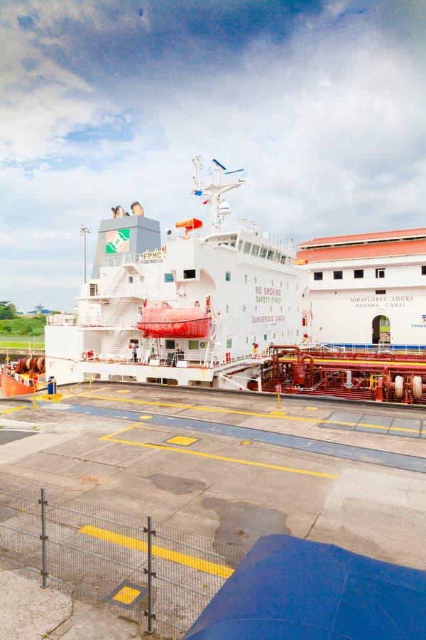 Bateau-citerne en transit au canal fermé de Miraflores au Panama images libres de droits
