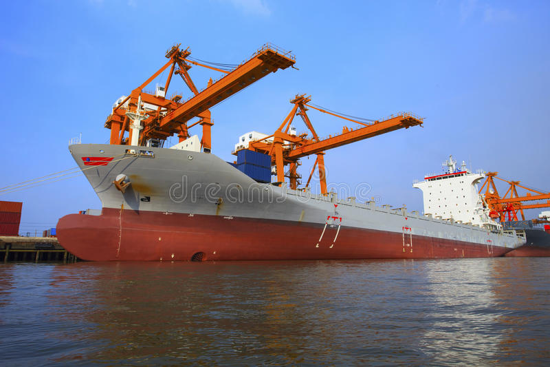 Bateau commercial flottant dans l'utilisation de récipient de chargement de yard de bateau pour images libres de droits