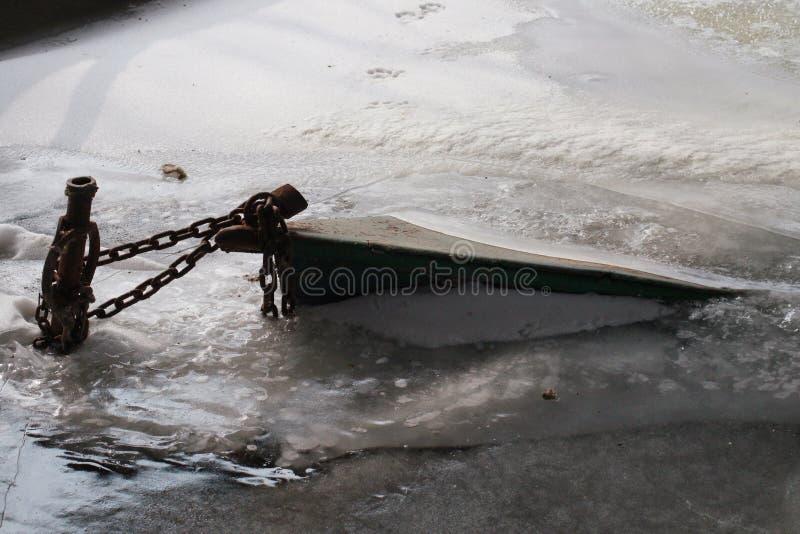 Bateau coulé en rivière congelée près du Lac Balaton en Hongrie photos libres de droits