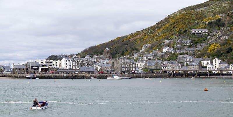 Bateau croisant le port au Pays de Galles photo libre de droits