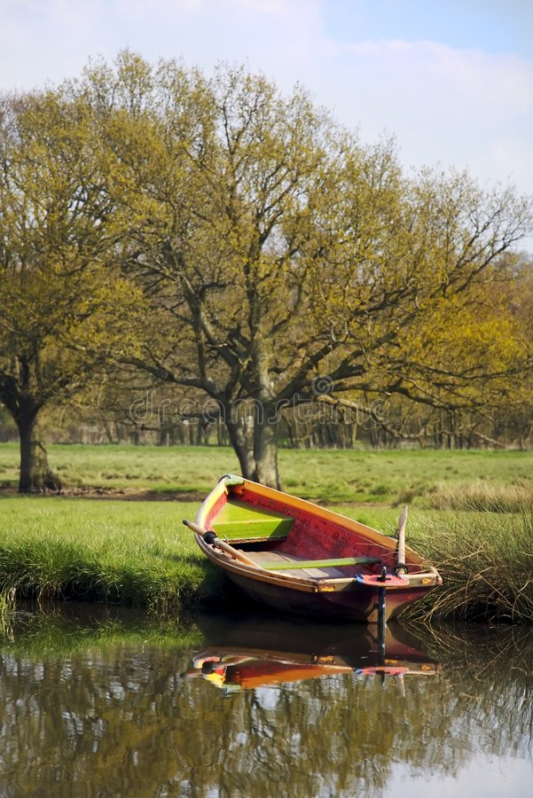 Bateau d'aviron sur le côté de fleuve images libres de droits