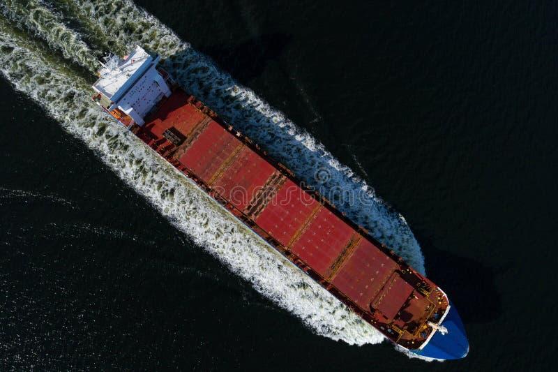 Bateau d'effroi de navigation vu du ciel photographie stock libre de droits