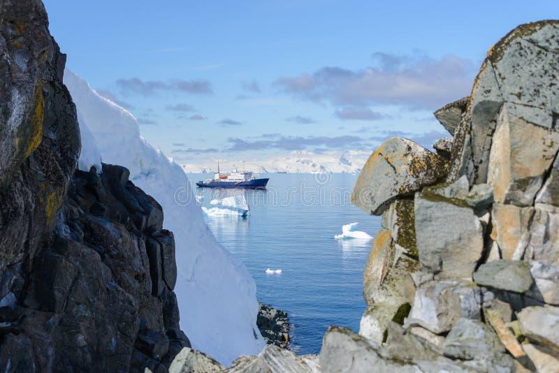 Bateau d'expédition avec l'iceberg en Antarctique photos stock