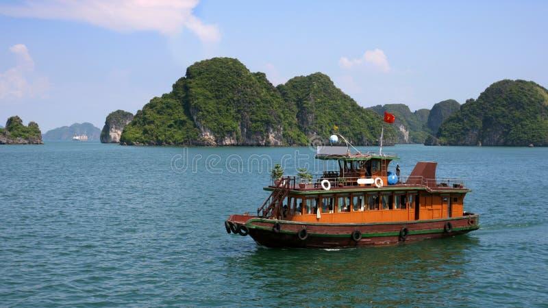 Bateau d'ordure dans la baie de Halong, Vietnam photos libres de droits