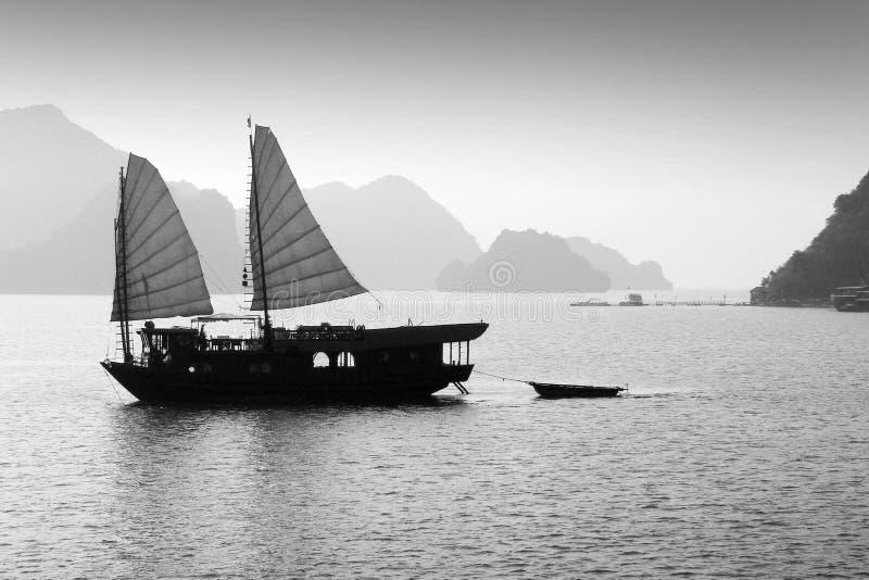Bateau d'ordure dans la baie de Halong, Vietnam, noir et blanc photo libre de droits