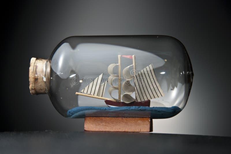bateau dans la bouteille sur le noir photo stock