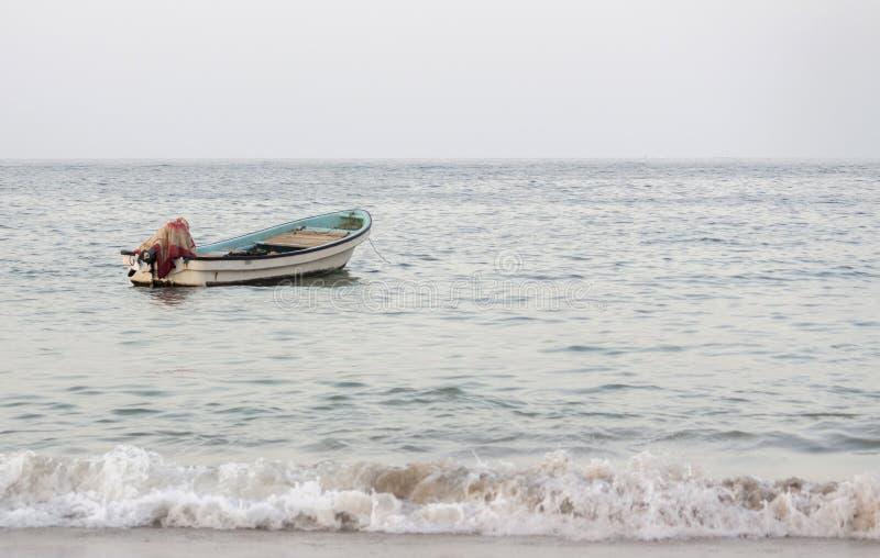Bateau dans le bord de mer image libre de droits