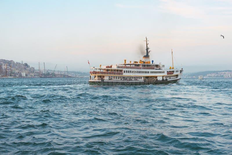 bateau dans le Bosphorus images libres de droits