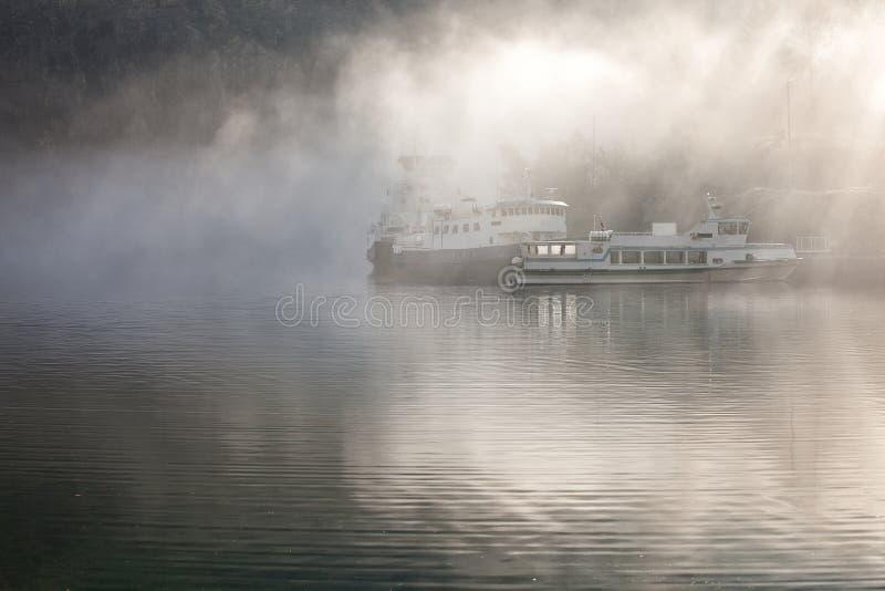 Bateau dans le brouillard photographie stock