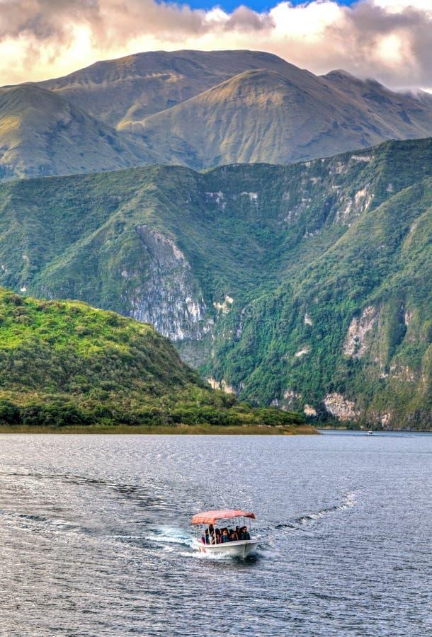 Bateau dans le cratère de Cuicocha photo libre de droits