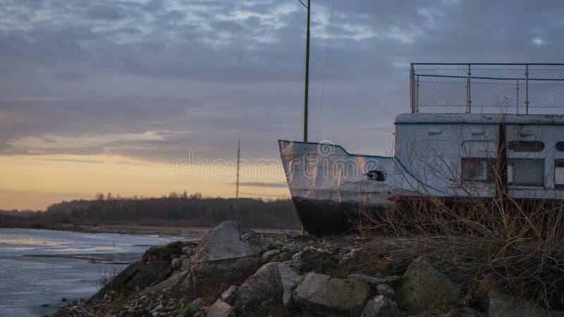 Bateau dans le dock d'hiver photo libre de droits