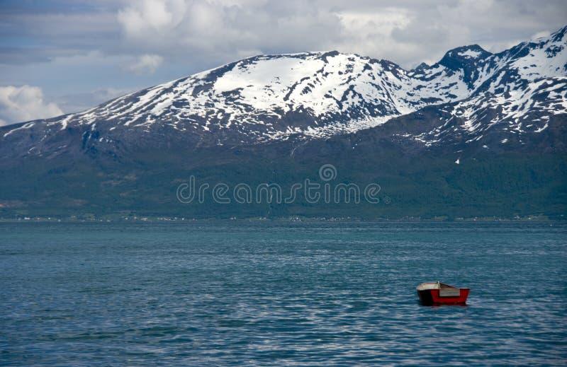 Bateau dans le fjord photo stock