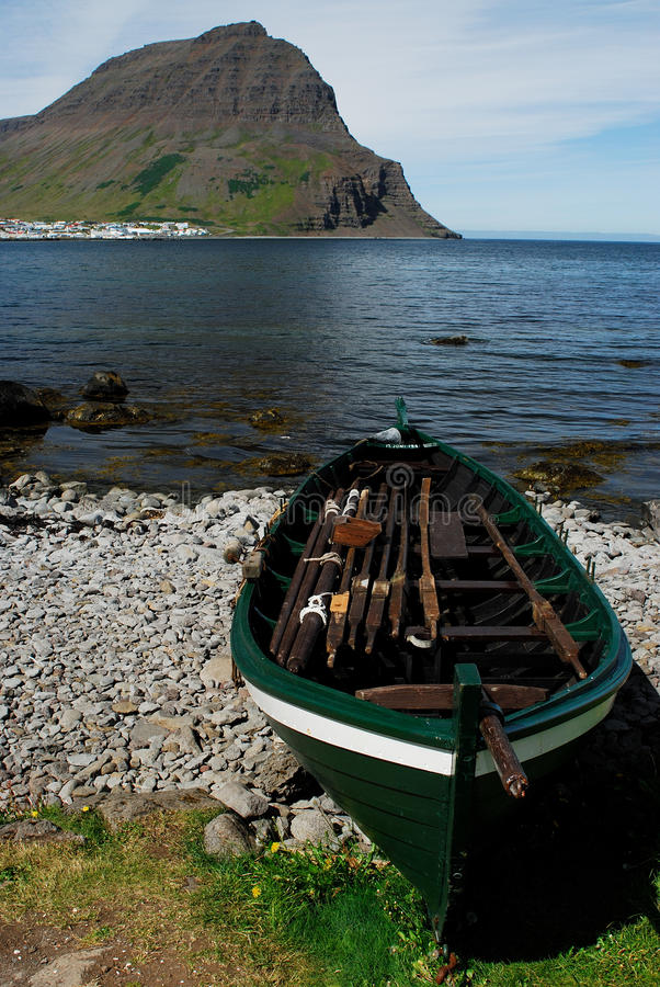 Bateau dans le fjord d'Isafjardardjup, Westfjord, Islande photo libre de droits