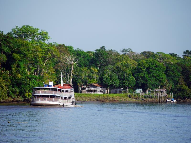 Bateau dans le fleuve d'Amazone images stock