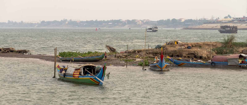 Bateau dans le Mekong Phnom Penh, Cambodge photo stock