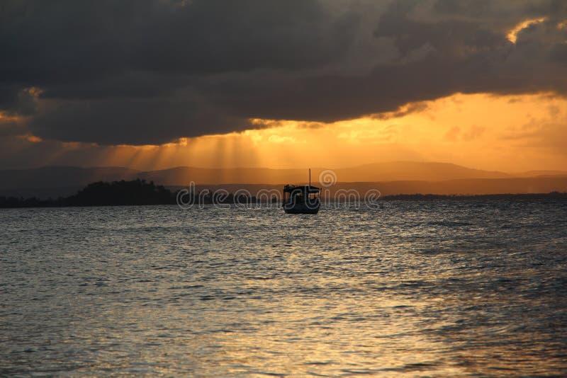 Bateau dans un coucher du soleil photos libres de droits