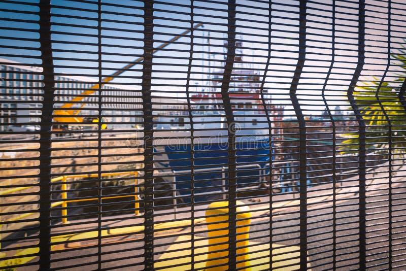 Bateau dans un dock sec derrière la barrière à Cape Town images stock