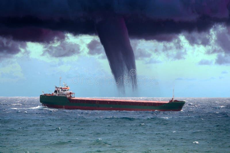 Bateau dans une tornade de cyclone tropical image libre de droits