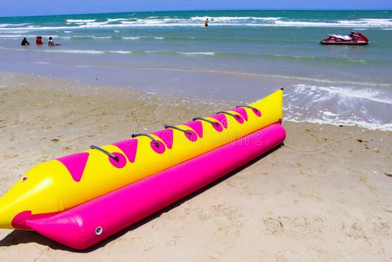 Bateau de banane sur la plage Thaïlande image stock