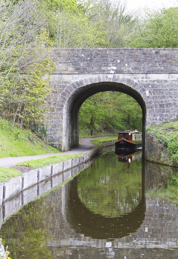 Bateau de canal près de tunnel images stock
