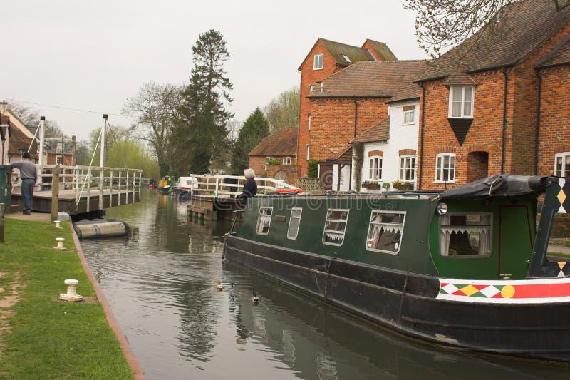 Download Bateau de canal vert image stock. Image du campagne, côté - 741839