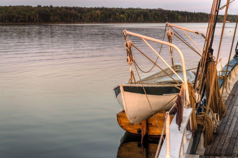 Bateau de canot de sauvetage et de cliquet sur le côté du schooner image libre de droits
