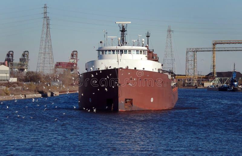Bateau de charbon sur le fleuve de Detroit photographie stock
