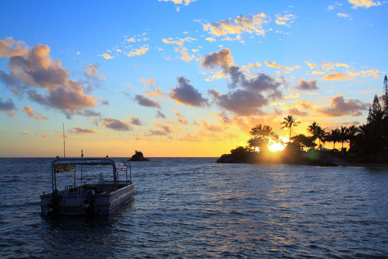 Bateau de coucher du soleil photographie stock libre de droits