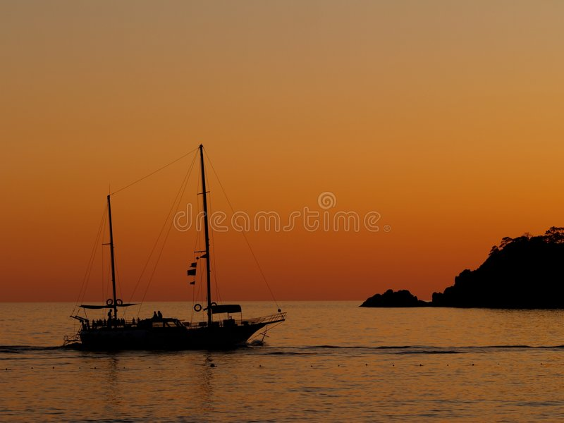 Bateau de coucher du soleil photos stock