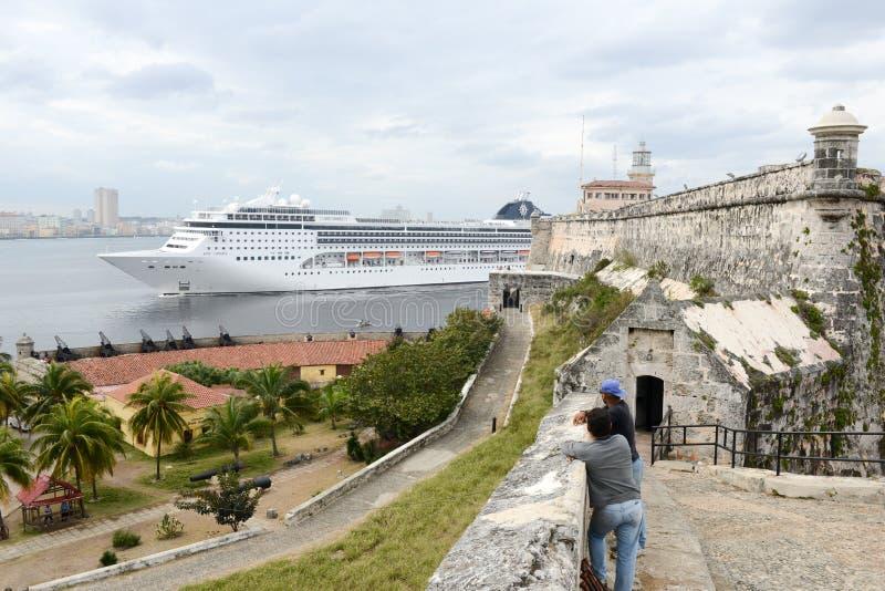 Bateau de croiseur entrant dans la baie de La Havane photo stock