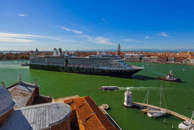 Bateau de croisière à Venise Italie photos libres de droits