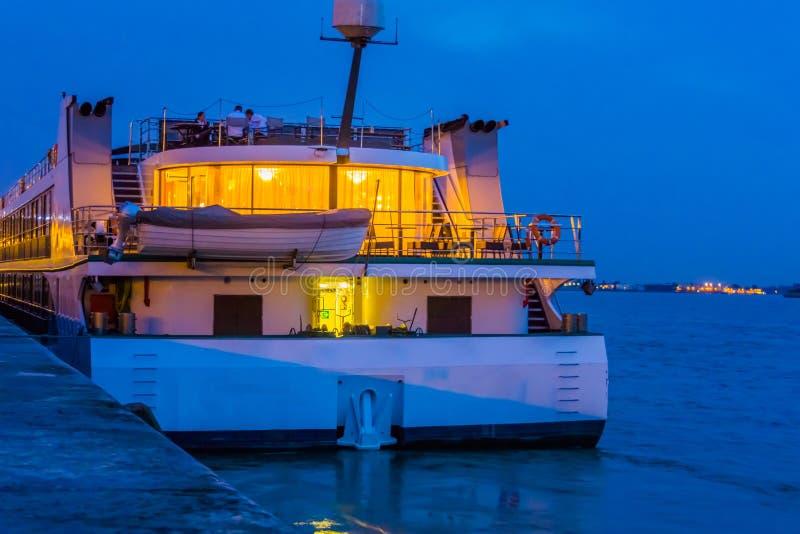 Bateau de croisière accouplé dans le port de la ville d'Anvers, bateau léger par nuit, quai d'antwerpen, Belgique image stock