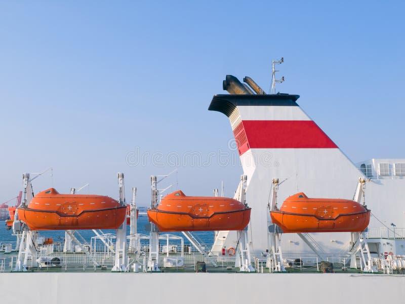Bateau de croisière affichant des bateaux de sauvetage images stock