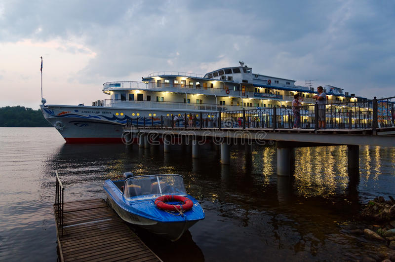 Bateau de croisière Alexandre Benois au quai de rivière dans la soirée, Russie photo stock