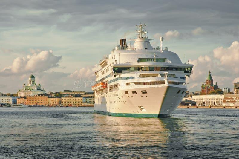 Bateau de croisière arrivant au port de Helsinki images stock