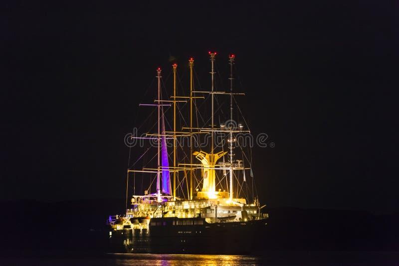 Bateau de croisière Club Med 2 la nuit image stock