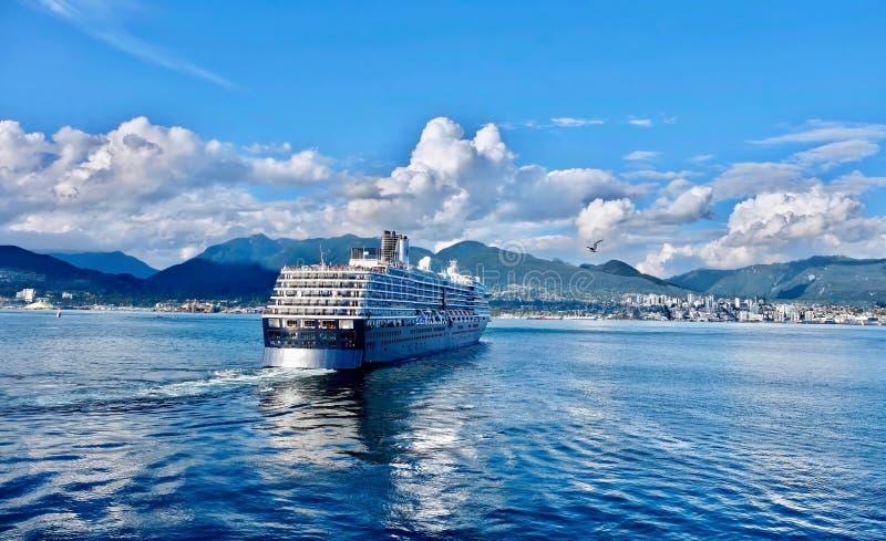 Bateau de croisière décollant du port de Vancouver et naviguant en Alaska photographie stock