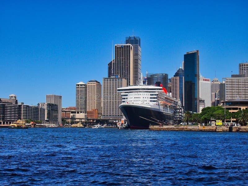 Bateau de croisière décortiqué bleu-foncé, Quay circulaire, Sydney, Australie photo libre de droits