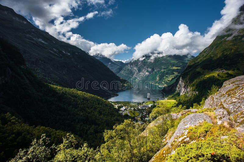 Bateau de croisière dans le fjord de Geiranger, Norvège photos stock