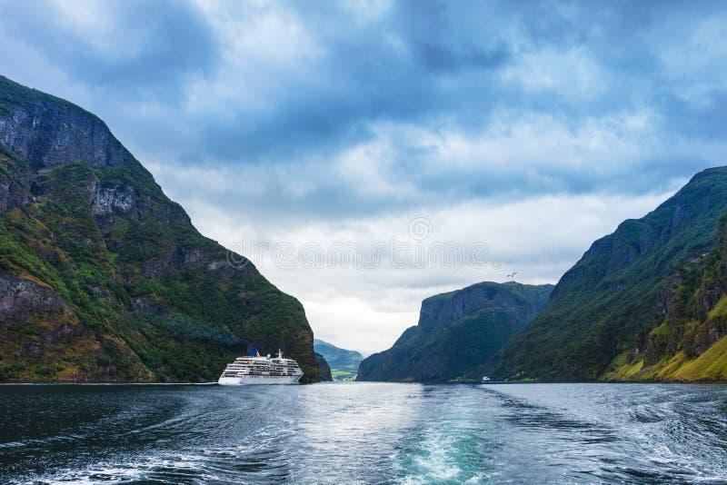 Bateau de croisière dans le fjord de Geiranger norway image stock