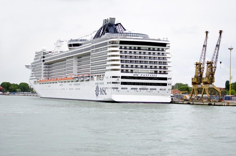 Bateau de croisi re dans le port de venise italie image ditorial image 40367125 - Hotel venise port croisiere ...