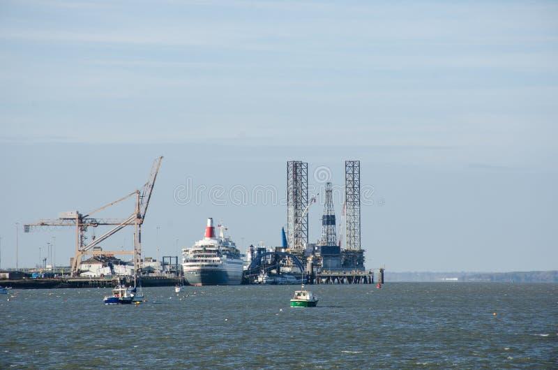Bateau de croisière dans le port de Harwich entouré par des grues image stock