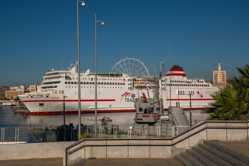 Bateau de croisière dans le port de Malaga photos stock