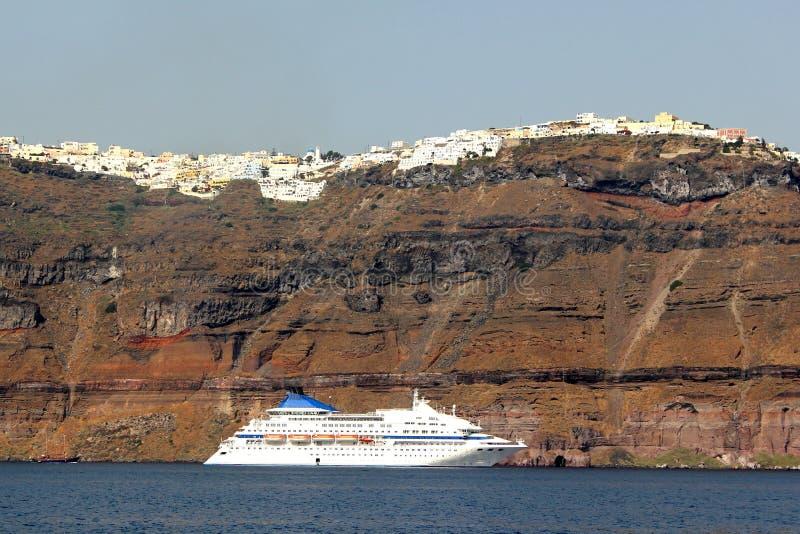Bateau de croisière dans Santorini photo stock