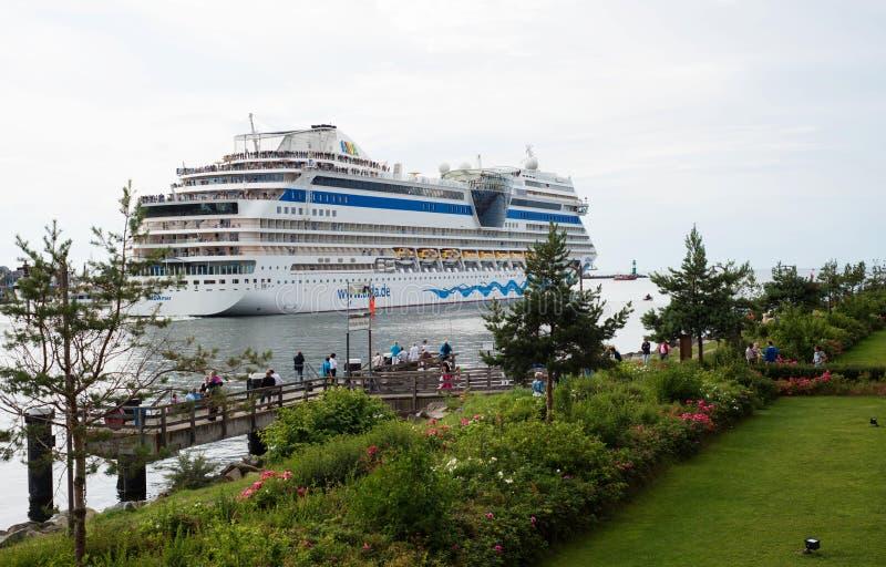 Bateau de croisière de luxe Aida Mar quittant le port images stock