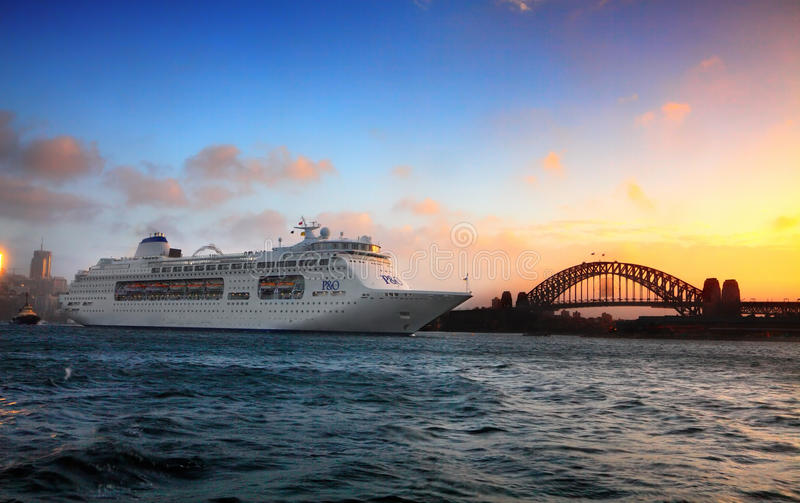 Bateau de croisière de P et d'O sur Sydney Harbour au lever de soleil photo stock